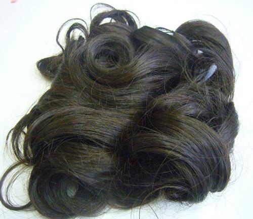 自分の髪で作った付け毛を使ってかつらを作る